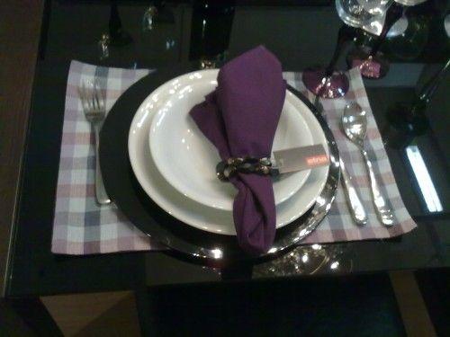 Mesa de jantar decorada em branco e roxo