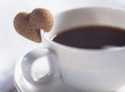 Café com biscoito em forma de coração