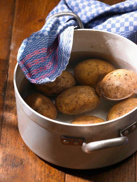 Batata assando na panela com água.