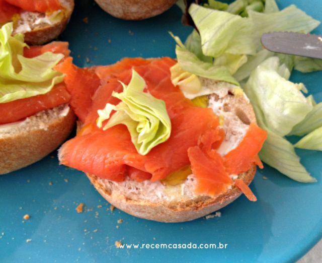Sanduíche de salmão defumado com cream cheese e salada. Foto: www.cintiacosta.com