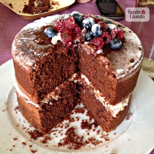 Receita de naked cake com bolo de chocolate e frutas vermelhas, recheado com chocolate branco e morango. Foto