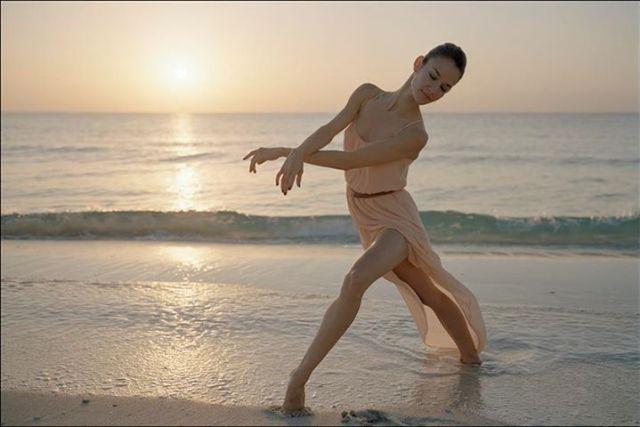 Ballerina Project: bailarina em frente ao mar.