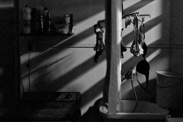 Lavanderia e área de serviço com roupas no varal. Foto: Leo Eloy.