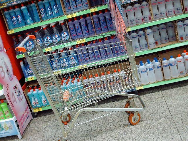 Produtos de limpeza em prateleira de supermercado. Foto: iracema brochado no Flickr.