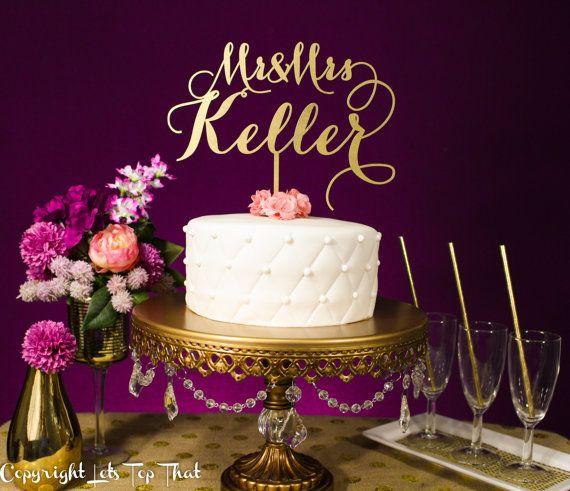 Topo de bolo maravilhoso com o sobrenome de recém-casados dos noivos. Da Let's Top That.