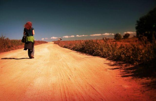 Mulher viajando sozinha. Foto: Yarik Mishin/FreeImages