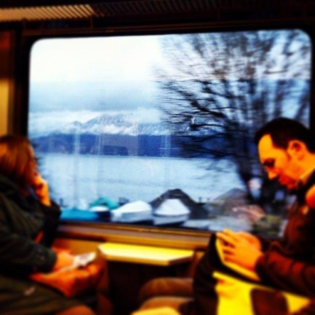 Paisagem pela janeja de trem na Europa: Alpes e lago Léman na divida entre França e Suíça. Foto: www.cintiacosta.com .