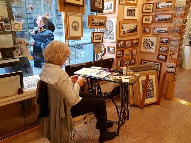 Loja de découpage La Cadrerie à Genève, com demonstração da artesã Susy Aquarelles et Découpages.