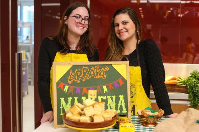 Receita de bolo fofinho de mandioca com coco. Influenciadoras Cíntia Costa e Amanda no workshop de blogueiros de culinária da Maizena/Unilever.