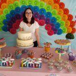 Bolo com cobertura de buttercream em mesa de festa arco-íris. Bolo e foto: Bolos da Cintia.