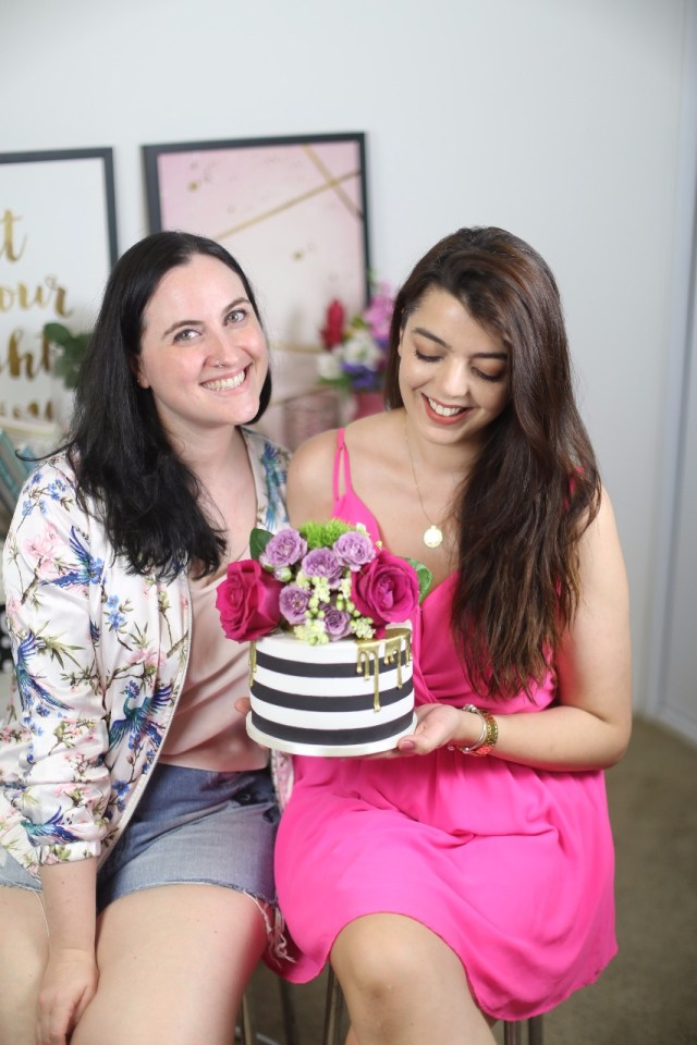 As blogueiras Cíntia Costa e Lia Camargo com o bolo floral bem chique, moderno e feminino, inspirado em Kate Spade. por Bolos da Cíntia.