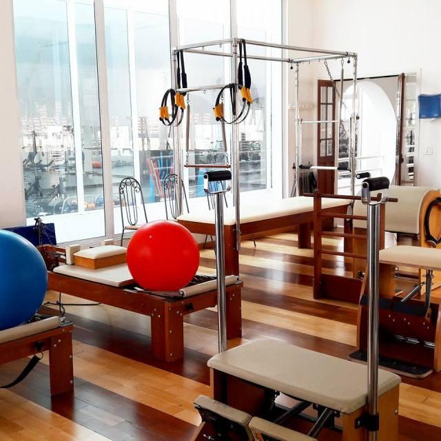 Estúdio de Pilates com equipamentos na Mundo Azul - escola natação em Pinheiros, São Paulo.