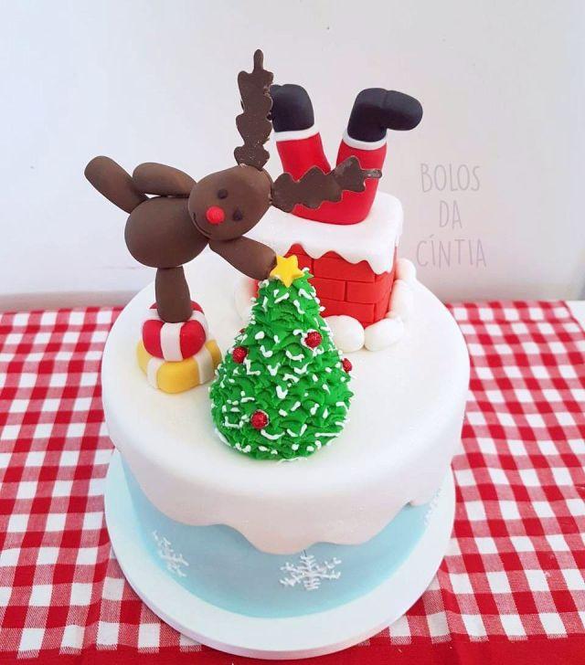 Bolo de Natal em pasta americana com papai Noel entalado na chaminé, rena e árvore de Natal por Bolos da Cíntia. Foto: Cíntia Costa.