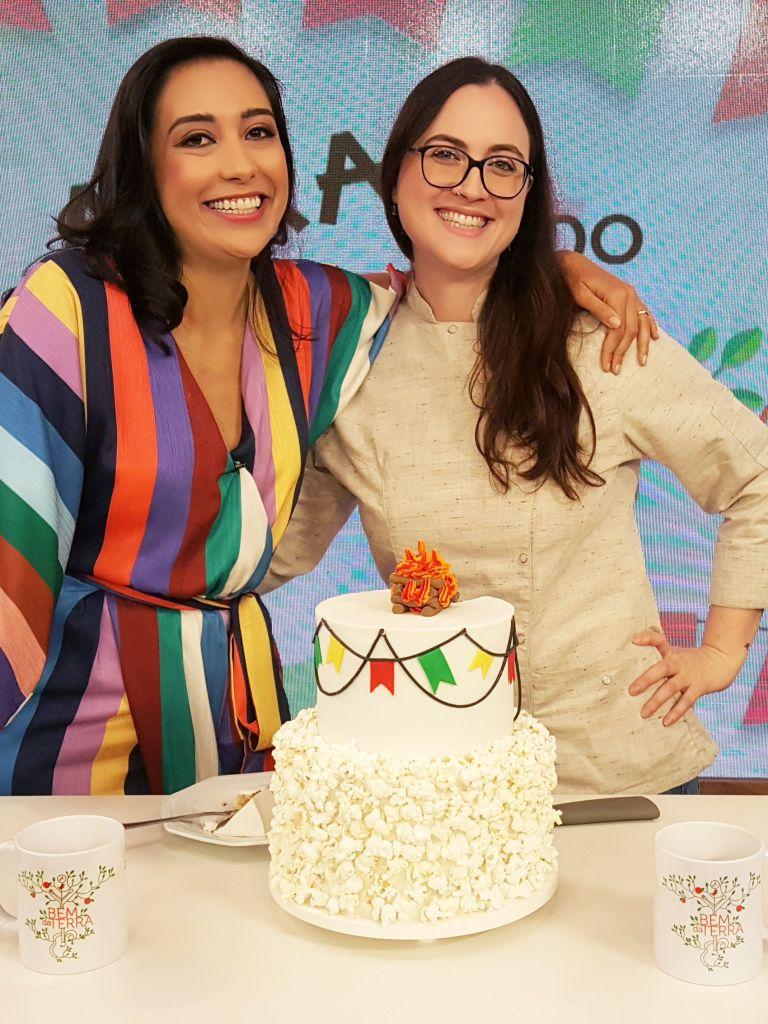 Cíntia Costa ensina bolo de paçoca no programa de TV Bem da Terra