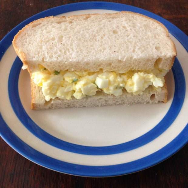 Receita de egg sandwich, o sanduíche frio de patê de maionese de ovos dos ingleses. Foto: Helen Graves para The Guardian.