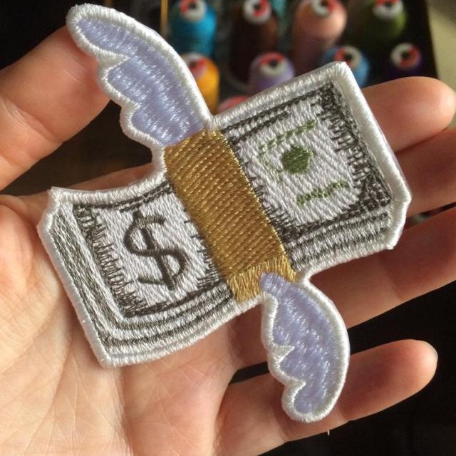 Pra onde vai meu dinheiro? Patch bordado com emoji de dinheiro voando.