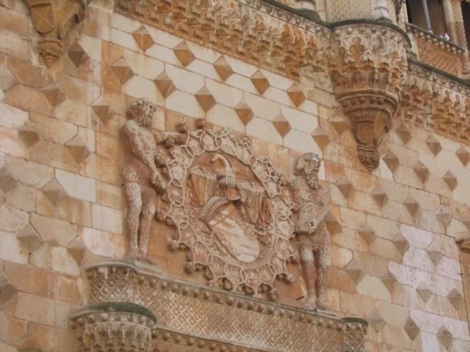 Palacio del Infantado. Guadalajara. Detalle del escudo de los Mendoza sobre la puerta.