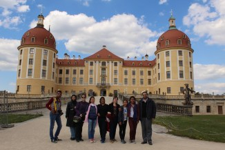 Some of the CIPSEM Course participants in front of the castle of Moritzburg. From left to right: Dulip, Mehri, Rocío, Nga, Karimon, Hiba, Su Mon, Fany and Hisham.
