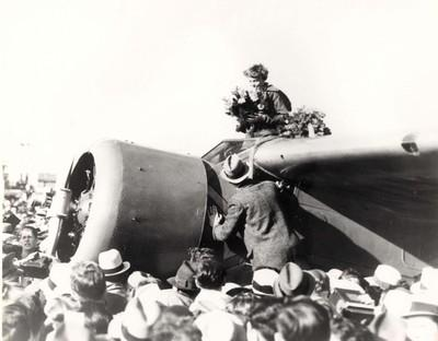 400x312xAmelia-Earhart-arrives-at-Oakland-12-January-19351.jpg.pagespeed.ic.bi4IhR4nuu