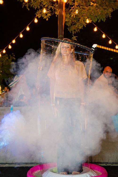 Públixo do evento corporativo Spaces Circus participando com a atração Bolhas Gigantes, na imagem convidado do evento dentro de Bolha de Gigante, Teatro Riachuelo Rio RJ.