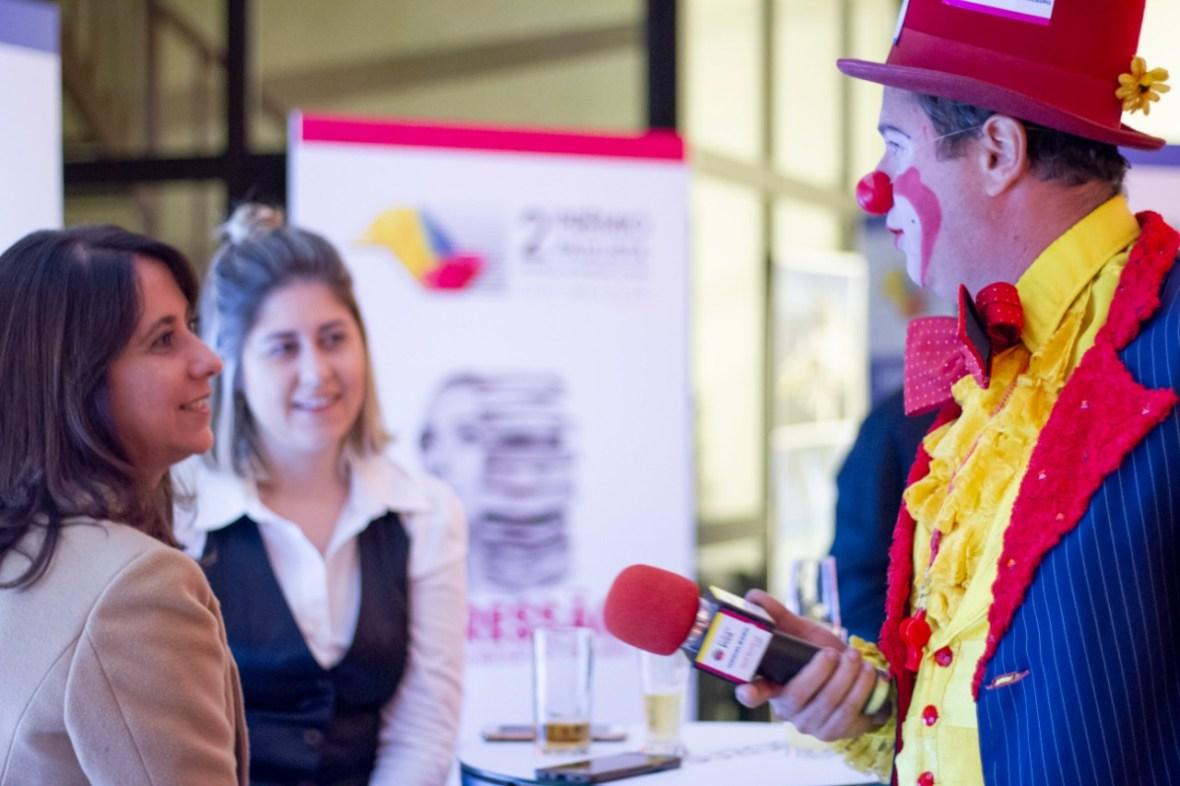 Palhaço interagindo com o público do evento empresarial da Abigraf, recepção com artistas palhaço, magico e mimico personalizados com as logo das empresas patrocinadoras do evento, Espaço Apesp SP.