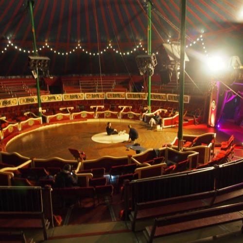 Preparando la actuación en el Circo Raluy