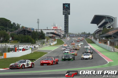 The 12.00 noon start sees the cars head through turn one