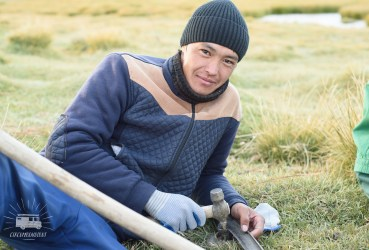 We meet a Kyrgyz living in the village 100km away, sharpening his scythe to cut more grass for his one yak and cow.