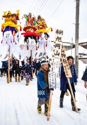 It was a procession, where groupes of men are putting all effort to bring a decorated (heavy) pole all the way to a temple up the mountain. Quite the task especially with all the low hanging electric wires.