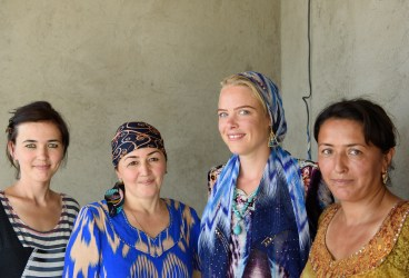 Meeting and sharing experiences with people all over the world (Uzbek)
