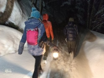 On our way west we visit our friends in Furano one last time. We make our way up to a vulcano for a midnight open air onsen! But with 30cm fresh snow and a wind chill temp of -20 C, we might be a bit too enthousiastic...