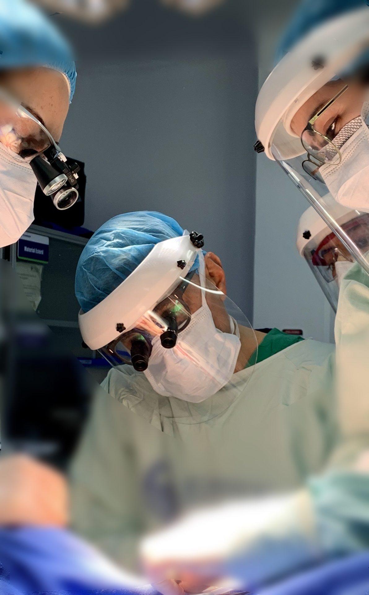 foto cirujano plastico con lupas