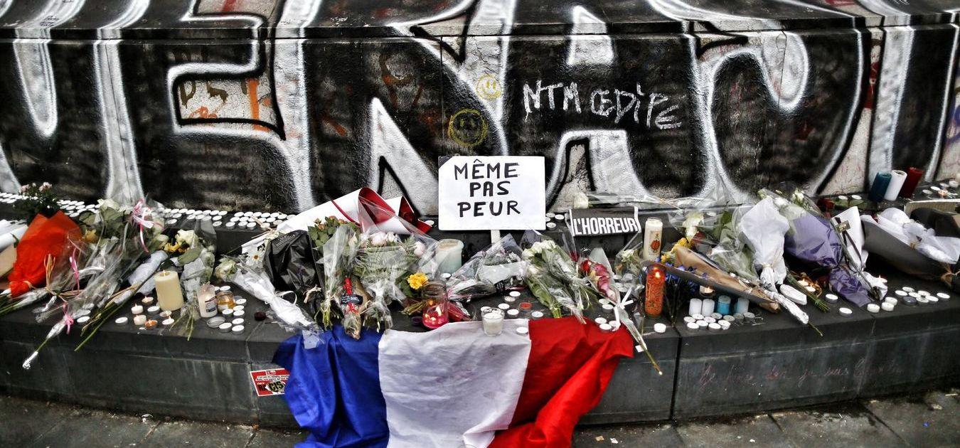Памяти жертв в Париже