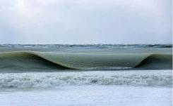 海洋被低温冻结成半冰半水的形态。