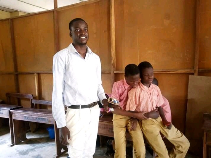 Seyi Ojelabi and some visually impaired students behind him