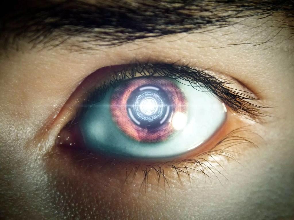 Ojo de robot androide analizando con conciencia propia