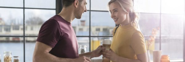 Cafeaua ca personaj de poveste romantica muncitoare
