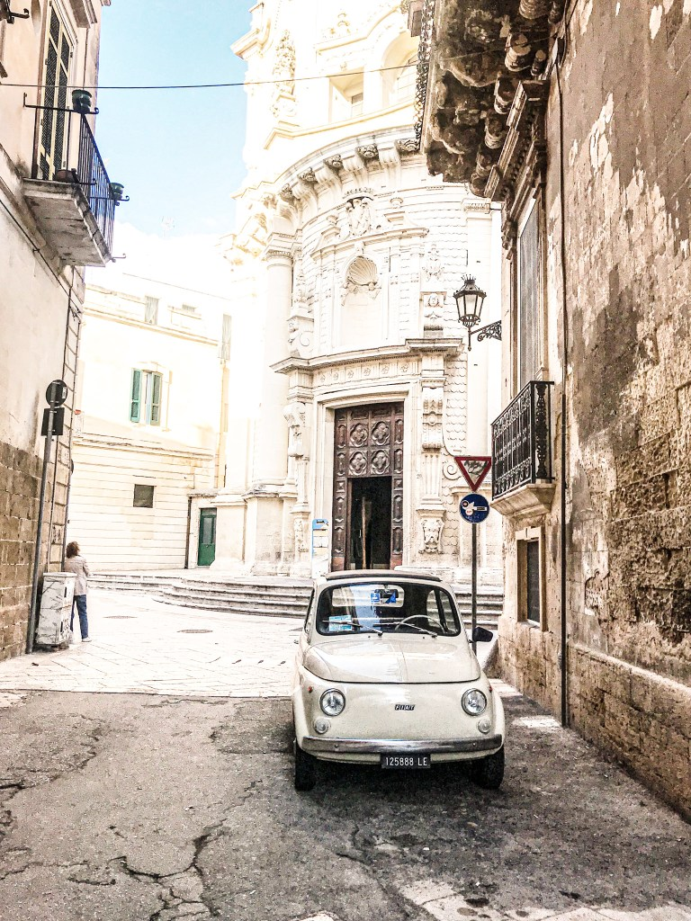 Fiat 500 naast Little dolce B&B in Lecce