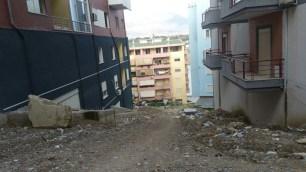 Në brendësi të lagjes mbi Liqenin e Thatë. Tirane. Citizens Channel