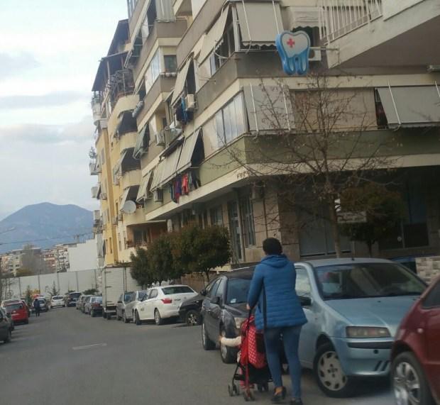 Mungojnë trotuarët për kalimtarët. Tirane. Citizens Channel