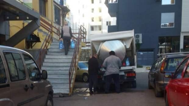 Tirane, kryeqytetasit blene uje te pijshem nga autobote. Citizens Channel