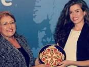 """Marsida Bandilli duke marrë çmimin: """"Active Citizens of Europe"""" nga Presidentja e Maltës Znj. Marie-Louise Coleiro Preca, në vitin 2014 Citizens Channel"""