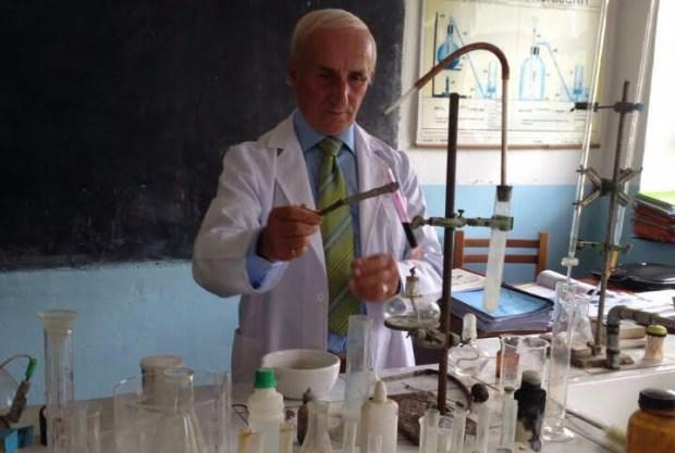 Mësues Haziza Bala në laboratorin e tij.