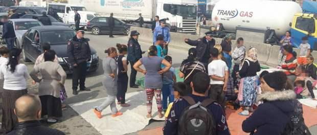 Tregëtarët të Komunitetit Rom dhe Egjiptian protestojnë duke bllokuar Rrugën e Kavajës në Tiranë, Prill 2016. Foto: F. Kaca