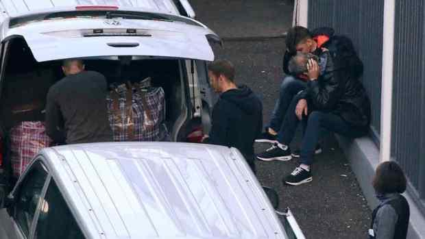 Shqiptarë në aeroportin e Duseldorfit që u është refuzuar kërkesa për azil dhe presin të marrin avionin e kthimit në Shqipëri.