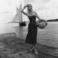 Le modèle Catherine Cassidy devant une goélette caribéenne Saint Croix, U.S. Virgin Islands, Fritz Henle – 1948