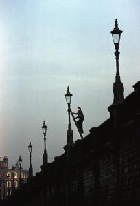 Un allumeur de réverbères, Londres, 1962