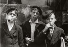Enfants travailleurs à la pause cigarette, 1880