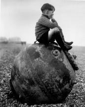 Gamin assis sur une mine