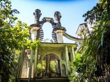 """""""L'escalier vers le Paradis"""" est une construction de deux escaliers en spirale autour de deux colonnes formant des verres de champagne."""